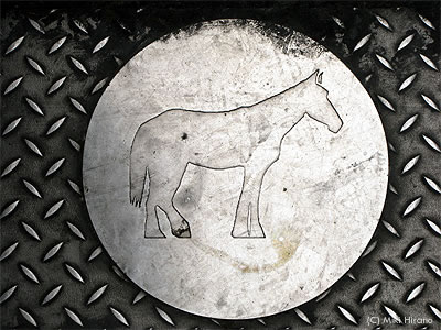 メルボルン中心部の道端で見つけた馬マークのマンホール
