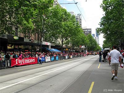 メルボルンカップ・パレードを見ようと早くから沿道に陣取る市民達