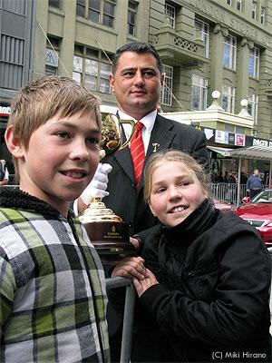 優勝杯と記念撮影する子供達