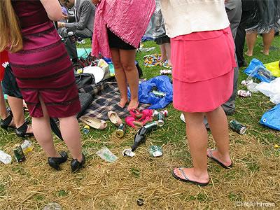 靴を脱ぎ捨ててしまった人も…。予めビーチサンダルを用意していた兵もいた!