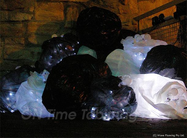 電力を多く消費する白熱電球のゴミを訴えるアートオブジェ