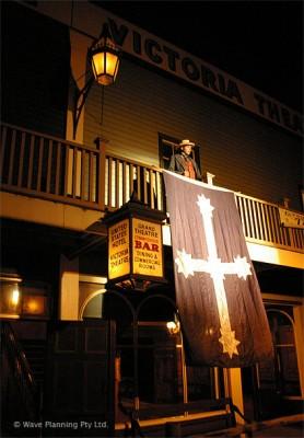 「ブラッド・オン・ザ・サザンクロス」ショーの最後には、ユーレカの旗が掲げられる