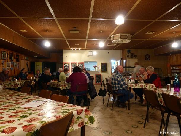 ローカルな地元パブで食事をする住民のみなさん