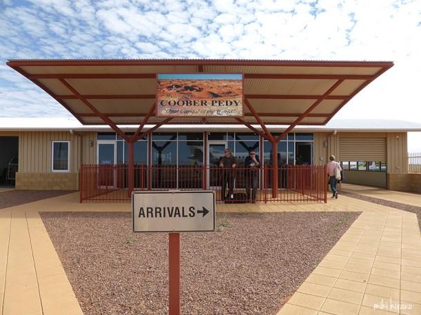 プレハブ小屋に気を持ったくらいの、バスの待合所並みに小さなクーバーペディ空港