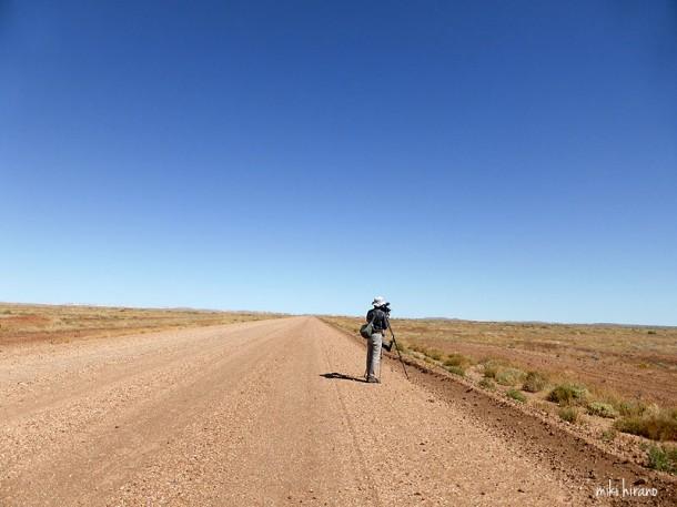ただただ砂利の1本道が続くだけの荒野の炎天下で、撮影に没頭するO氏